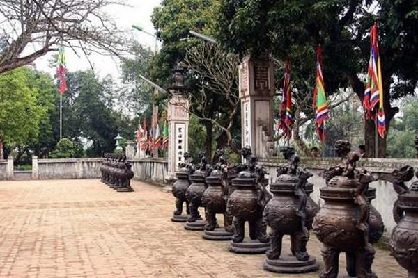 14 lư đồng tượng trưng cho 14 vị vua Trần ở Đền Trần