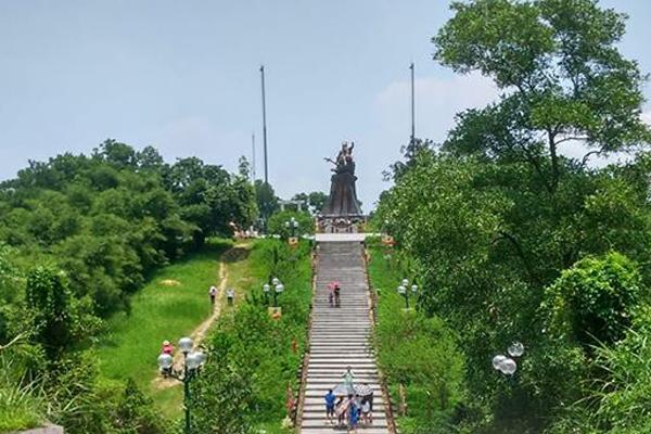 Đường tới tượng Đền Gióng