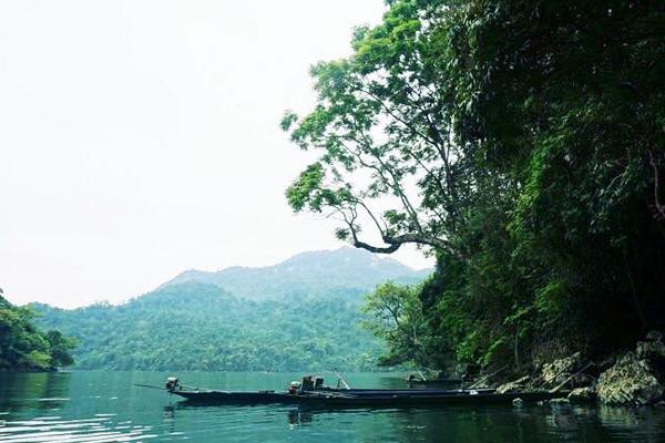 Khung cảnh thơ mộng của hồ Ba Bể