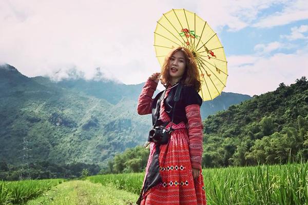 Du khách với bộ áo của người dân tộc Thái
