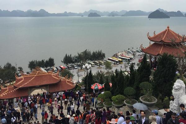 Khung cảnh từ Thiền viện nhìn xuống Vịnh Bái tử long