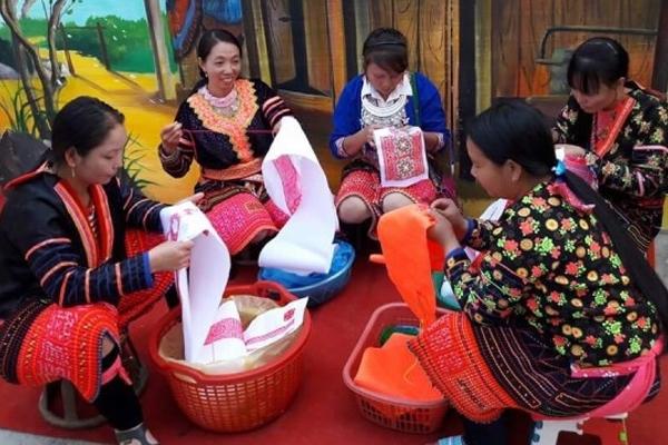 Nghệ thuật tạo hoa văn trên trang phục truyền thống của người H'Mông hoa