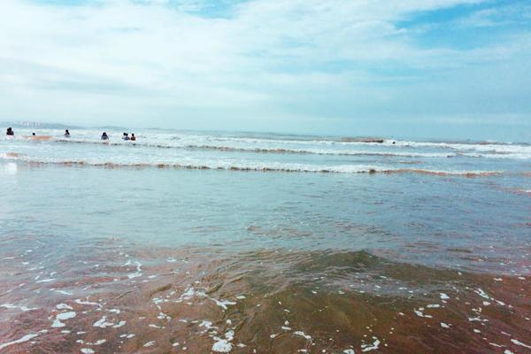 bãi cát vàng thoải, nước biển trong xanh