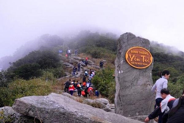Quang cảnh đường leo đỉnh thiên Yên Tử vào mùa lễ hội.