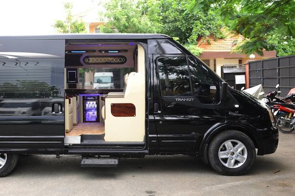 Xe 16 chỗ Ford Transit Dcar Limousine