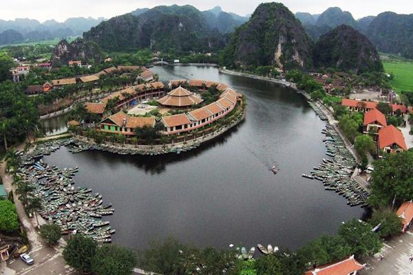Khu du lịch Tam Cốc - Bích Động với bến thuyền trung tâm nằm ở xã Ninh Hải.
