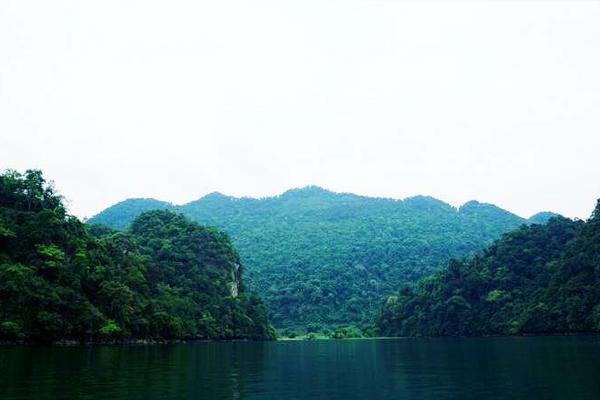 Hồ Ba Bể - Một hồ kiến tạo lớn nhất miền Bắc Việt Nam giữa vùng đá phiến và đá vôi.