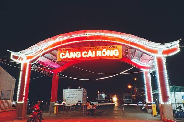 Cảng Cái Rồng nằm ở phía đông của huyện Vân Đồn.