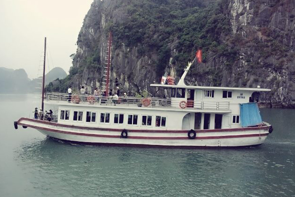 Ngắm cảnh vịnh Hạ Long trên du thuyền sẽ là một trải nghiệm đáng nhớ