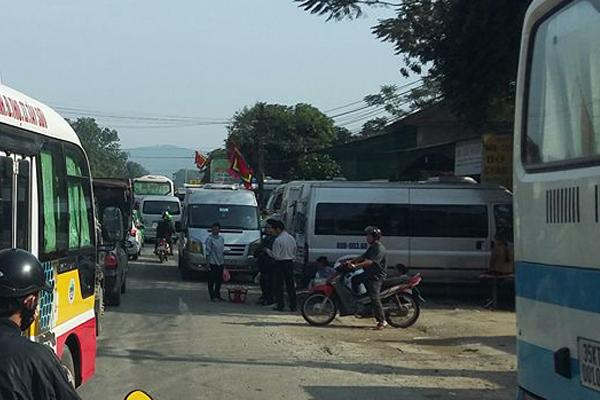 Xe du lịch tại đền Ông Hoàng Mười