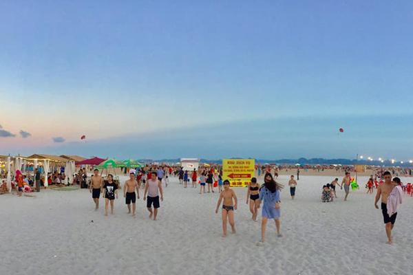 Bãi Cháy là một bãi tắm nhân tạo thu hút rất đông du khách vào mùa du lịch biển.