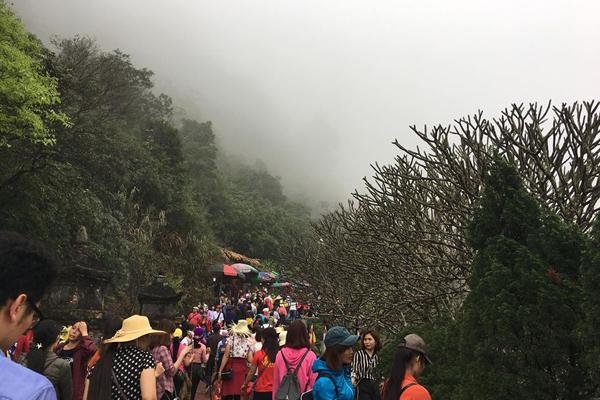 Chảy hội của du khách bốn phương lên núi Yên Tử