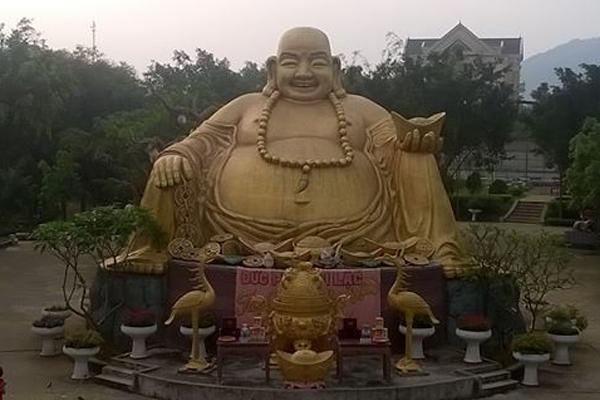 Tượng Phật Di Lạc trong khu du lịch hồ Núi Cốc