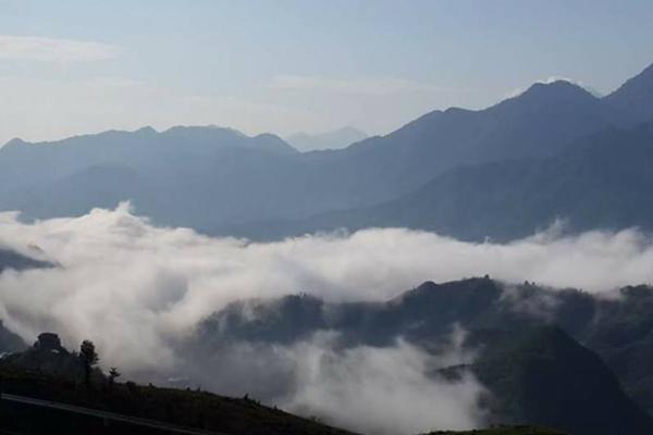 Bức tranh phong cảnh mây núi trùng điệp