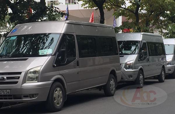 Xe 29 chỗ đưa đón học sinh tại trường tiểu học Lê Quý Đôn.