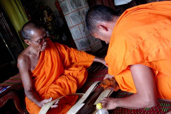 Tri thức và kỹ thuật viết chữ trên lá Buông của người Khmer
