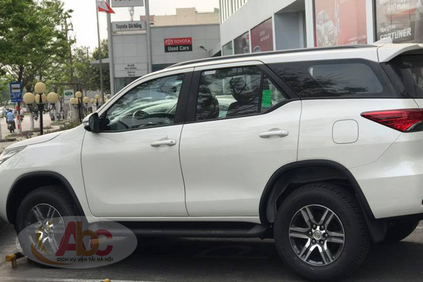 Xe Fortuner 7 chỗ mầu trắng