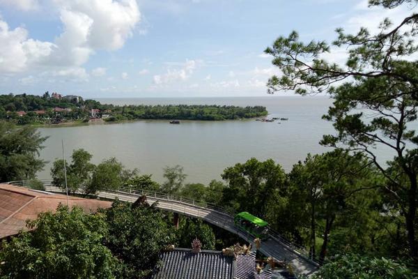 Bến Nghiêng – Bến tàu không số K15 nhìn từ cầu treo trên cao