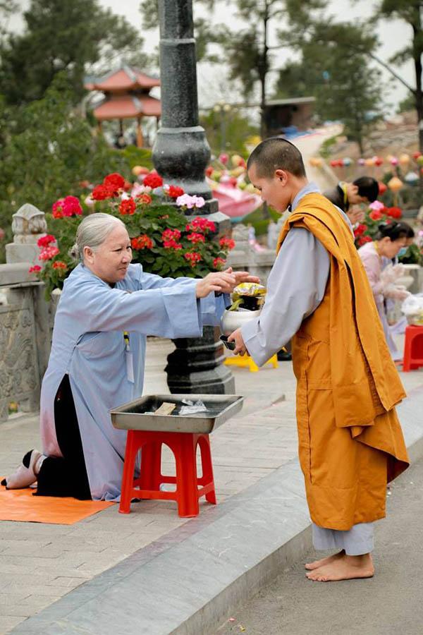 Phật tử sớt bát cúng dường chư Tăng