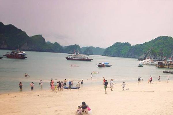 Tắm biển đảo Khỉ, vịnh Lan Hạ
