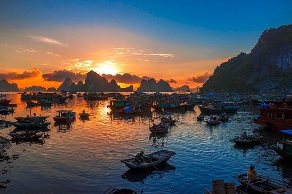Vẻ đẹp của vịnh Hạ Long lúc chiều tà.