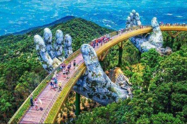 Cầu Vàng Tại Khu du lịch cáp treo Bà Nà Hills - Đà Nẵng.