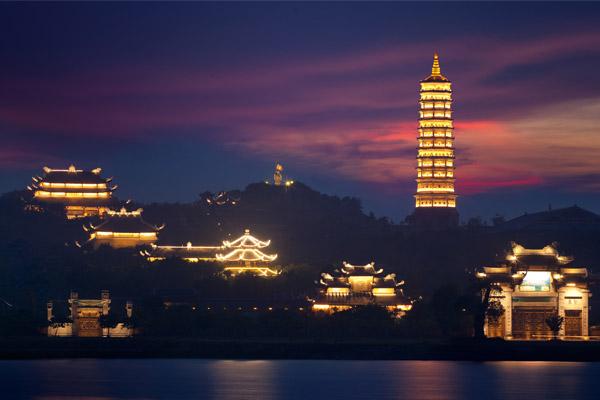 Vẻ đẹp lộng lẫy của ngôi chùa Bái Đính về đêm