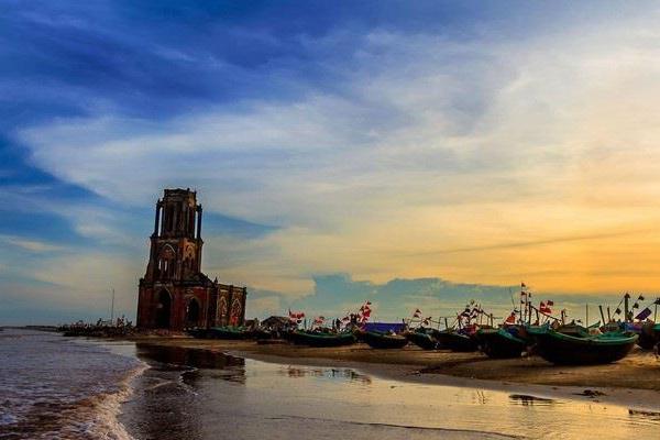Nam Định tuyệt đẹp với nhà thờ đổ trên biển
