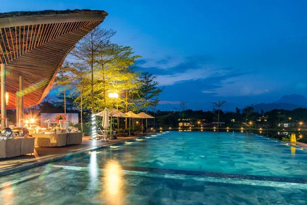 Bể bơi trong khu du lịch FLAMINGO Đại Lải Resort.
