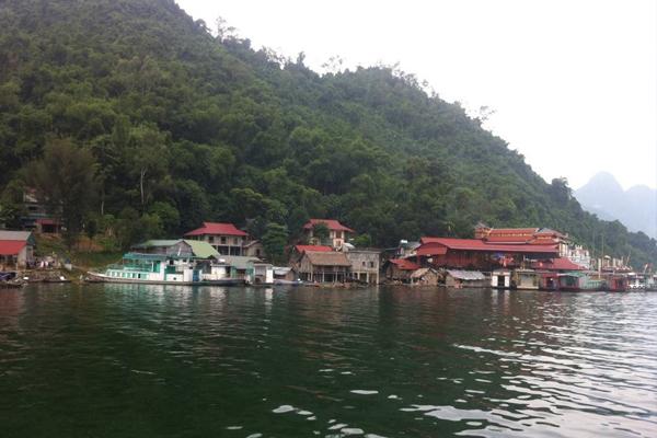 Những ngôi nhà bên cạnh hồ