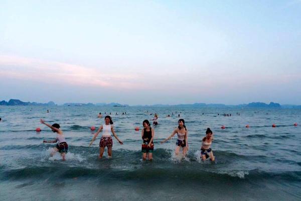 Không khí của Hạ Long rất trong lành, cảnh lại đẹp, bạn sẽ cảm thấy rất tuyệt vời.