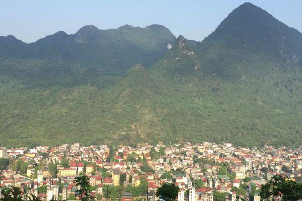 Thành phố Hà Giang nhìn từ trên núi Cấm Sơn